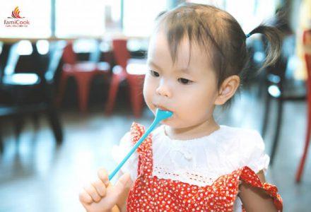 Dạy bé cách tập dùng thìa sớm: Mẹ nhàn con ăn ngoan