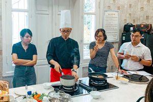 Cận cảnh lớp học nấu ăn dặm do FamiEdu tổ chức
